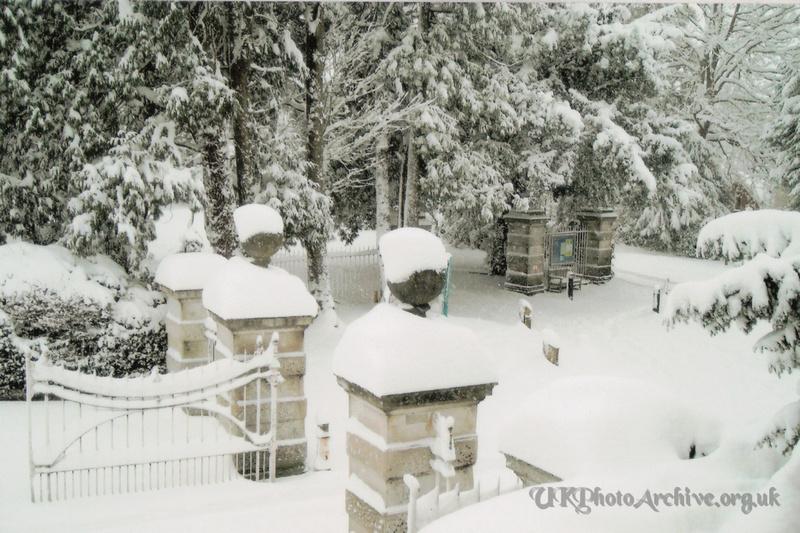 Snow Ashtead Park Gates 2nd Feb 2009 1