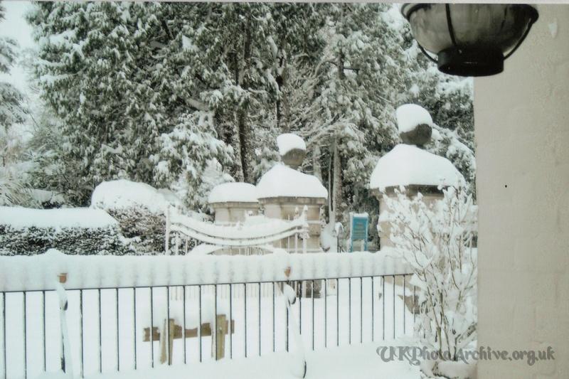 Snow Ashtead Park Gates 2nd Feb 2009 2