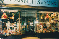 O W Annetts And Sons Christmas Day Sutton High Street 1990s